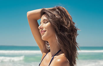 beautiful woman with the sea waves in the background